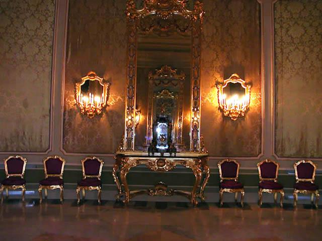 Cosa vedere a noto palazzo ducezio municipio - Sala degli specchi ...
